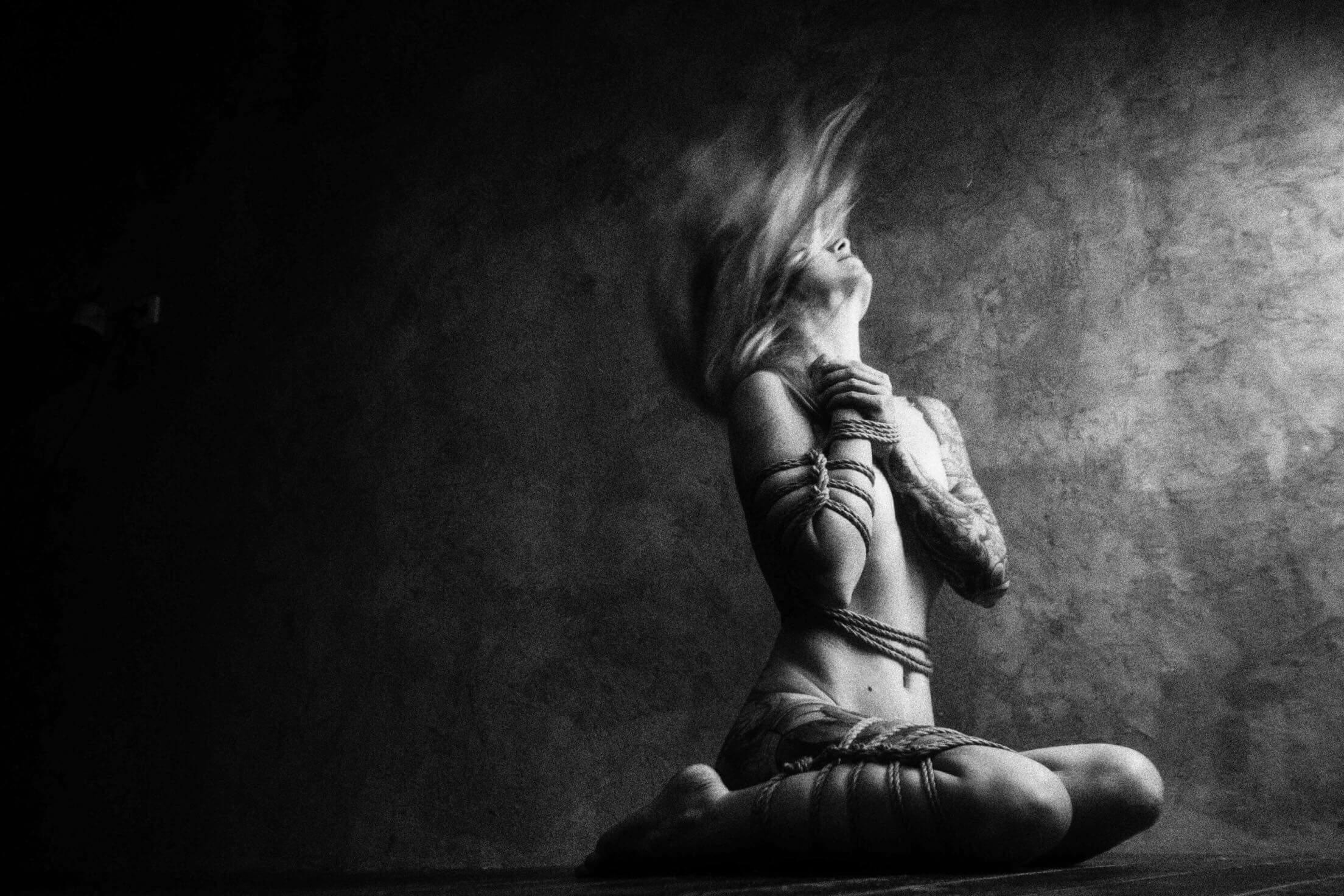 Muži túžia byť spútaní ženami – INTERVIEW s Joan von Brook, inštruktorkou japonských bondage workshopov